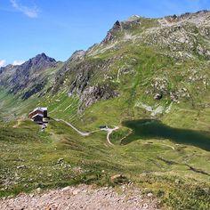 Heilbronner Hütte und der Scheidsee im Verwall. Hier verläuft die Grenze zwischen Tirol und Vorarlberg. #austrianalps #wanderlust #hike #alpen #visitaustria #feelaustria #österreich #wandern #see #berghütte