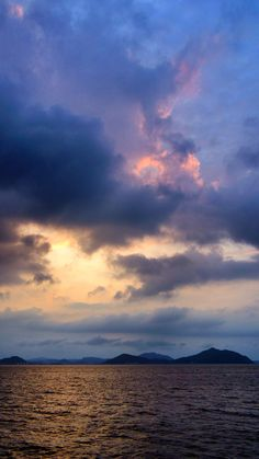 01  Sept. 18:37 日の入り時刻の博多湾です。 #sunset time (Cloudy Evening Now at Hakata bay in Japan)