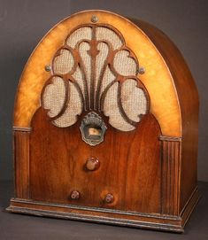 Photos, ads and commentary on Philco's model 20 Baby Grand Deluxe Radio Vintage, Antique Radio, Vintage Wood, Vintage Items, Art Nouveau, Art Deco, Streamline Moderne, Old Time Radio, Radios