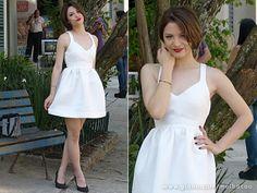 O vestido branco pede um batom forte para compor o look