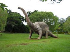 """Conheça Minas. Aqui tem de tudo. Conheça o fantástico Museu dos Dinossauros! Situado em Peirópolis, uma pequena vila situada a 21 Km do centro de Uberaba, Triângulo Mineiro, no triângulo mineiro, possui entre os seus principais atrativos um sítio paleontológico com fósseis de 80 milhões de anos, um museu e o Centro de Pesquisas Paleontológicas """"Llewellyn Ivor Price"""" (o primeiro a realizar escavações na região em 1947). No museu, réplicas de dinossauro em tamanho natural, área para esportes…"""