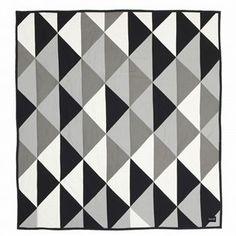 Dieser Bettüberwurf von Ferm Living bringt ein modernes Flair ins Schlafzimmer. Die Vorderseite von Remix wird von einem grafischen Muster in Schwarz, Weiß und Grautönen geprägt, die Rückseite ist durchgehend schwarz gehalten. Exzentrisches Design aus Dänemark!