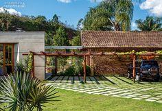 """A passagem da sala de estar para a casa antiga foi feita de forma discreta, com uma caixa de vidro temperado (1,50 x 4 m) atrás da garagem. """"Acrescentamos, ali, uma hortinha de temperos"""", explica Frederico. Projeto de Skylab Arquitetos."""