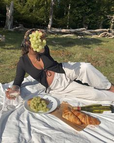 Picnic Date Food, Picnic Time, Black Girl Aesthetic, Summer Aesthetic, Picnic Photo Shoot, Picnic Pictures, Picnic Outfits, Face Pictures, Instagram Pose