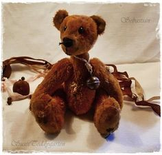 Sebastian ist aus einem sehr altem Polsterstoff liebevoll von Hand hergestellt. Gefüllt ist er mit Holzwolle. Er wirkt schon ein wenig mitgenommen und