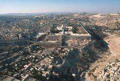 Jerusalém-Vista norte. No centro da fotografia, encontra-se o santuário muçulmano com uma abóbada dourada, chamado de o Domo da Rocha. Na antiguidade, os israelitas dirigiam-se a templos localizados aqui para adorar. As muralhas próximas ao Domo da Rocha circundam a velha cidade de Jerusalém. À direita da muralha, encontra-se o vale do Cedrom. À extrema direita, encontra-se o Monte das Oliveiras. Ao norte, além do Domo da Rocha, fica o provável local do Gólgota, ou seja, do Calvário