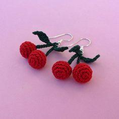 Ohrringe Kirschen gehäkelt Crochet Jewelry Patterns, Crochet Earrings Pattern, Crochet Patterns Amigurumi, Crochet Accessories, Crochet Designs, Sewing Patterns, Kawaii Crochet, Cute Crochet, Crochet Crafts