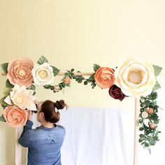 These 10 wedding altar decorations created a beauty - Paper Flower Backdrop Wedding Large Paper Flowers, Paper Flowers Wedding, Giant Paper Flowers, Wedding Paper, Diy Wedding, Wedding Ideas, Diy Paper Flower Backdrop, Wedding Trends, Fall Wedding