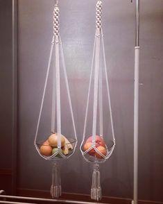 Эти два подвеса для корзины, миски или кашпо ждут свою хозяйку.  В продаже. Высота от петли до низа кашпо - 1 метр.  Цена 1700 руб за пару.… Макраме, Домашний Декор