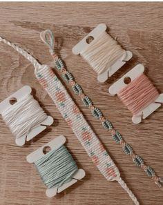 Diy Bracelets Patterns, Yarn Bracelets, Embroidery Bracelets, Summer Bracelets, Diy Bracelet Designs, String Bracelet Patterns, Diy Crafts Jewelry, Bracelet Crafts, Flower Bracelet
