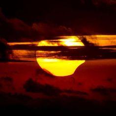 """Primer eclipse anular solar del año; este fenómeno sucede cuando la #Luna pasa frente al Sol pero no lo oculta por completo, es conocido como """"anillo de fuego"""". Comenzó la madrugada del 9 de mayo y tendrá su punto máximo mañana. Foto: @Kennerly Jordan"""