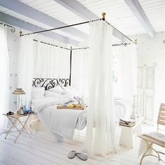 ¡BUENOS DÍAS! En una cama así de bonita y con el desayuno en bandeja no podemos pedir más... #white #blanco #inspiratudecoración #westwing #muebles