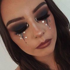 5 Inspirações de maquiagem com strass para o Halloween The adhesive rhinestones, which are pebbles to stick on your face, are . The post 5 Makeup inspirations with rhinestones for Halloween appeared first in Juliana Rakoza. 80s Makeup Trends, Makeup Inspo, Makeup Art, Makeup Inspiration, Beauty Makeup, Exotic Makeup, Makeup Ideas, Star Makeup, Eyeliner