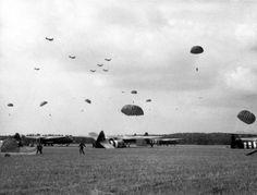 Tweede Wereldoorlog .Slag om Arnhem, landing van geallieerde parachutisten. Vliegtuigen. September 1944.