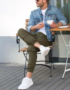17 army green pants, a white tee, a denim jacket and white sneakers - Styleoholic