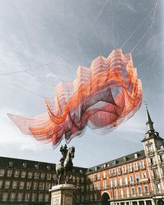 Artist Janet Echelman's giant floating sculpture, Madrid, was installed over Madrid's Plaza Mayor this year to celebrate the plaza's anniversary Janet Echelman, Bookstore Design, Interactive Art, Amazing Street Art, Sculpture Art, Sculptures, Public Art, Urban Art, Installation Art