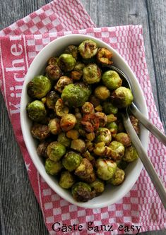 Brussels sprouts from the oven are the perfect side dish for every winter meal. Universal Christmas side dish: Brussels sprouts with chestnuts Sauce Au Foie Gras, Christmas Side Dishes, High Fiber Foods, Eating Eggs, How To Cook Potatoes, How To Eat Less, Winter Food, Different Recipes, Quick Easy Meals