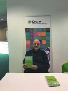 Leuk, auteur Jos Gielkens trots met zijn nieuwe boek 'Service Management. #servicemanagement #josgielkens #futurouitgevers