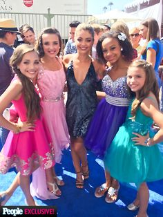 Maddie Ziegler met Sarah Hyland with her sister, Mackenzie Ziegler, and her friends, Nia Frazier and Kendall Vertes, at the Teen Choice Awards 2014 [2014]