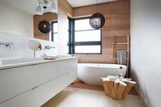 Une salle de bain #zen #bois et #blanc #déco #décoration  http://www.m-habitat.fr/baignoire/formes-de-baignoires/la-baignoire-en-ilot-410_A