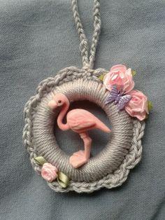 Crochet christmas ornament with flamingo. Gehaakte kersthanger om ring met flamingo.