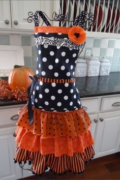 Such a cute Apron for around Halloween. You could also wear this on Halloween over your regular clothes and be a pregnant witch :) Halloween Apron, Theme Halloween, Holidays Halloween, Halloween Crafts, Happy Halloween, Halloween Decorations, Halloween Costumes, Halloween Clothes, Spooky Halloween