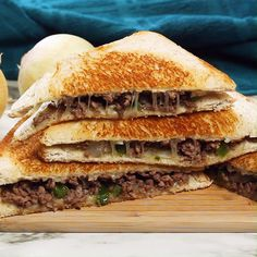 Need to add a little excitement to your day? This sandwich delivers in all the right ways. In lou of steak, ground beef is studded with green bell pepper and caramelized onions. Sandwiched between two Grill Sandwich, Roast Beef Sandwich, Bologna Sandwich, Philly Cheese Steak Sandwich, Club Sandwich Recipes, Bacon Sandwich, Fish Sandwich, Vegan Sandwiches, Sandwiches For Lunch