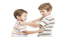 Stáva sa vám, že vidíte svoje deti, ako sa spolu naťahujú, či osočujú, a tak utekajú k vám? Tu je 5 spôsobov, ako zastavíte ich rivalitu.