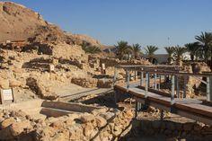 Na costa oeste do Mar Morto, cerca de 12 km a sul de Jericó, encontra-se um complexo de ruínas conhecido como Khirbet Qumran. Hoje é um lugar ermo e silencioso, apenas perturbado ocasionalmente por autocarros de turistas que por aí passam, mas há cerca de 2000 anos este lugar era o centro de uma comunidade …