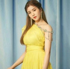 ﹝Park Yewon﹞ ー Kwon Eunbi ♡̷̷ Yuri, Fandom, Japanese Girl Group, Famous Girls, K Idol, Beautiful Asian Girls, Stylish Girl, Asian Woman, Girl Photos