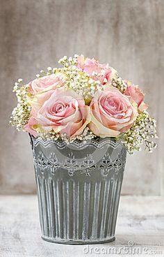 Bouquet of pink roses and baby-breath Rose mit Schleierkrau