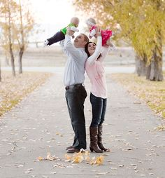 Photo Tips - Family Portrait Poses Family Photo Sessions, Family Posing, Family Portraits, Family Photos, Picture Poses, Photo Poses, Picture Outfits, Cute Photos, Cute Pictures