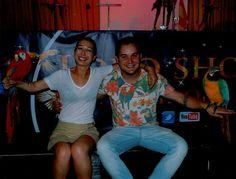 Nuestros animadores Borja y Alba, con los loritos.