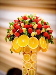 Fresh Fruit bouquet's on the tables Healthy centerpiece Orange pineapple strawberry pops on a vase Decoration wedding quinceanera birthdays party Events catering Buffet Low-in-calorie Diabetic Gluten free Vegetarian ++ centro de mesa decoracion buffet catering de fruta fresca piruleta en palillo en jarron con rodajas de naranja Lleno de color Saludable Apto para diabeticos y dietas sin gluten y bajo en calorias y grasas Postre fresco refrescante bonito facil barato Elegante lindo Verano