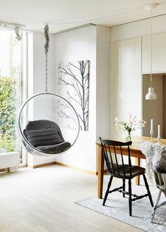 """<p style=""""text-align: left;"""">Si vous souhaitez mettre le prix pour un fauteuil suspendu, misez sur le haut de gamme avec ce Bubble Chair intemporel. Plus original que le fauteuil à suspendre en..."""