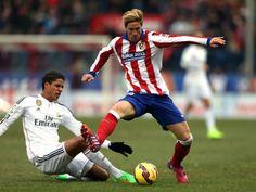 Torres y Varane, en un lance del derbi madrileño del Calderón de 2015 #seleccionespañola #LaRoja #diariodelaroja