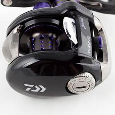 Daiwa Vientho HD (Linkshand) - Baitcastrolle mit Twitchin'Bar Technologie für neue und extrem verlockende Köderbewegungen! Technische Daten: 240g Eigengewicht / 8 Kugellager / 6,3:1 Übersetzung / 0,32mm/110m Schnurfassung / 67cm Schnureinzug Helmet, Bar, Technology, Floor Texture, Ball Storage, Twine, Sterne, Hockey Helmet, Motorcycle Helmet