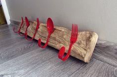 Patères grand format composées de 5 couverts (3 fourchettes 2 cuillères) rouges laquées sur bois chêne brut à suspendre pour