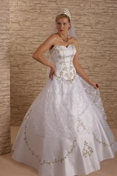 Aranyos zsinóros Wedding Wear, Wedding Gowns, Dream Wedding, Traditional Wedding, Traditional Dresses, Fabulous Dresses, Beautiful Dresses, Southern Weddings, Unique Weddings
