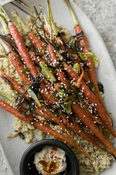 An easy base for grain bowls: these scallion roasted carrots are ready in less than 30 with the help of quinoa, hummus, and soft-boiled egg. Autumn Recipes Vegetarian, Vegetarian Lunch, Fall Recipes, Vegan Recipes, Carrot Recipes, Lunch Recipes, Healthy Meal Prep, Healthy Snacks, Tostadas