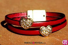 Pulsera Piel Color Rojo con Corazones, de MibolsoMivida.com. Lleva un cierre de imán muy fácil de colocar.
