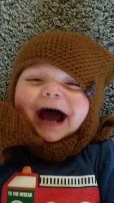 V vindt zijn nieuwe muts met sjaal heel leuk! www.meikewithlove.be