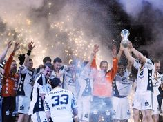 Im Rauch des Goldregens feiern die Handballer des THW Kiel ihren neunten Sieg im DHB-Pokal. (Foto: Angelika Warmuth/dpa)