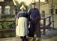 albert kahn - Holland: In the late summer of on one of the last Archives of the Planet missions, Passet photographed a Dutch fisherman and his wife in Volendam, Netherlands. Color Photography, Vintage Photography, Old Photos, Vintage Photos, Albert Kahn, Subtractive Color, Dutch People, Folk Costume, Tribal Costume