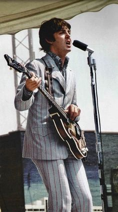 Paul McCartney in Cincinnati, Ohio, August 1966 Guitar Fender, Guitar Guy, Guitar Tabs, Fender American Deluxe, The Beatles Live, Les Beatles, Beatles Guitar, Paul Mccartney, Beatles Photos