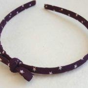 Ce serre tête nœud violet est idéale pour les petites filles et les grandes coquettes. Le nœud est placé légèrement sur le coté. Il est idéale pour des cérémonies, des anniversaires ou même pour tous les jours. Dimensions du nœud 5x2cm.Lire la suite -->