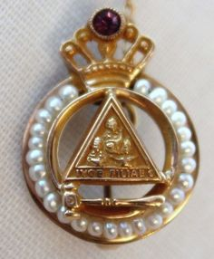 Vtg Gold Jobs Daughters Masonic Amethyst Honored Queen Gavel Pin - This triangle in a circle looks V-E-RRR-Y familiar! Masonic Art, Masonic Lodge, Jobs Daughters, Eastern Star, Freemasonry, Masons, Knights Templar, Gold Platinum, Gold Glitter