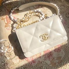 Hairstyles and Beauty: The Internet`s best hairstyles, fashion and makeup pics are here. Cute Handbags, Chanel Handbags, Fashion Handbags, Purses And Handbags, Fashion Bags, Fashion Accessories, Replica Handbags, Luxury Purses, Luxury Bags