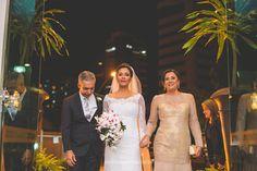 Entrada com os pais, noiva muito emocionada