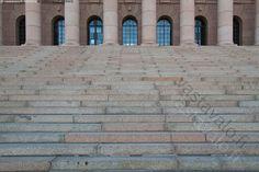 Eduskuntaan - eduskunta eduskuntatalo portaat askelmat pylväs pylväät ovet kaarevat graniitti kivinen Helsinki